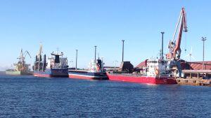 Fartyg som lastas i Karleby hamn