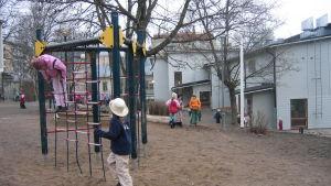 Barn som leker på Sirkkala skolas gård i Åbo.
