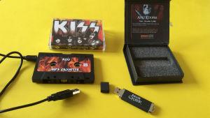 Kiss c-kassettformad mp3-spelare samt Alice Cooper minnessticka med ask