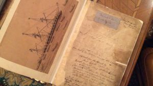 Alun perin ranskalaisen fregatti Forten (1794-1801) lokikirjan alkusivu ja kuva HMS Fortesta, joka tuhoutui Punaisella merellä Jeddahin sataman ulkopuolella.