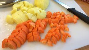 Koka morötter och potatis, mixa och babymaten är klar.