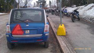 Mopedbil med varningstriangel.