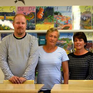 Förälder och lärare i ett klassrum i Bergö nya skola. Från vänster, föräldern och kommunpolitikern Sture Skinnar, lärare Margaretha Nyman-Klemets och lärare Anna-Lena West.