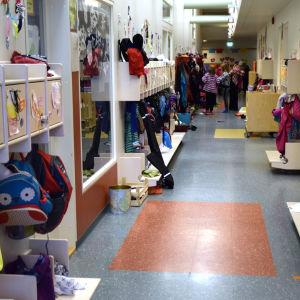 En korridor i Sjundeå svenska skola.