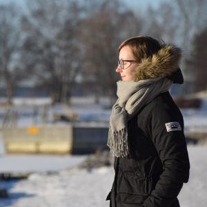Maria Hagberg kisar ut mot isen i vintersolen.