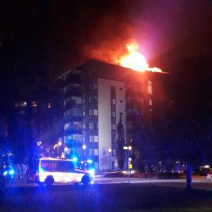 Det brinner högst upp i ett åtta våningar högt hus i Sunnanvik, Vasa.