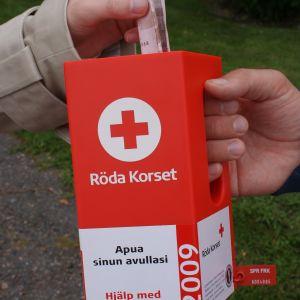 Insamlingsbössa för Röda korsets Hungerdagsinsamling.