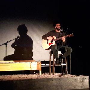"""Ramy Essam i föreställningen """"Ramy - In the Frontline"""" på Teater Viirus"""