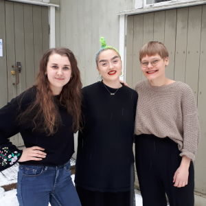 Tre unga studerande vid ÅAs genusvetenskap; Annina Forsblom, Iris Pallas och Patricia Torvalds.