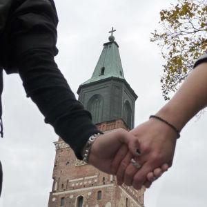 Samkönade par och Åbo domkyrka.