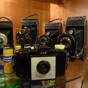 Tony Axberg har en omfattande kamerasamling. På bilden syns några kameror.