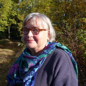 Profilbild på Britta Lindblom utomhus i Ingå i soligt oktoberväder.