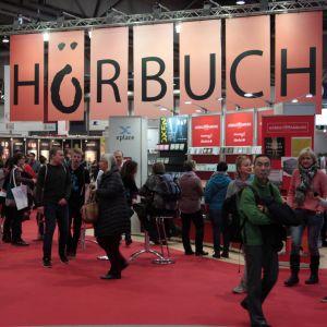 Ljudboksförlagen var tydligt framme på ljudboksmässan i Leipzig. Det står Hörbuch på en enorm skylt.