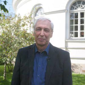 Nils-Erik Villstrand utanför observatoriet i Åbo