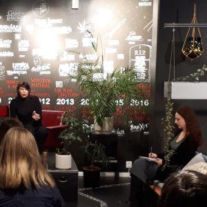 Författaren Hannele Mikaela Taivassalo på kritikerseminarium.