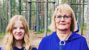 Anna-Liisa Helttunen ja Linnea Säisä pukeutuneina sinisiin kaapuihin ja toimittajat Nicke Aldén ja Hannamari Hoikkala Suomussalmen Soivassa Metsässä.