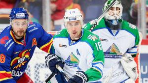 Sami Lepistö och Jesse Joensuu i närkamp.