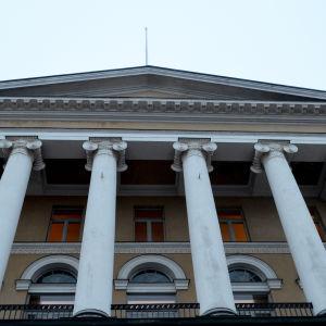 Bild på detalj från Helsingfors universitets huvudbyggnad.