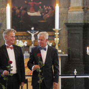 I Danmark är kyrklig vigsel för samkönade par möjlig. På bilden Stig Elling och Steen Andersen.