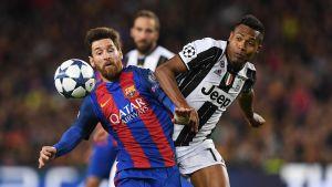 Lionel Messi och Alex Sandro kämpar om bollen.