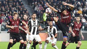 Juventus och AC Milan spelare framför målet.