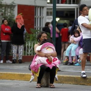 Människor står ute på gatan i Mexiko City efter att ett 6.2 magnituds skalv fick marken att skälva.