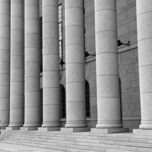 Ensam person vandrar upp för riksdagshusets trappor