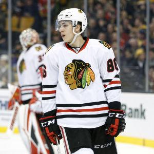 Ishockeyspelare pustar ut vid speluppehåll.