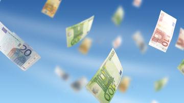 Eurosedlar av olika valörer i luften