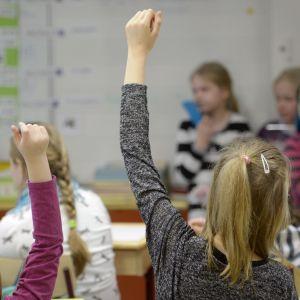 Elever markerar i ett klassrum