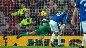 Wayne Rooney skjuter straff.