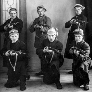 Punakaartilaisia Tampereella. Poseeraavat aseiden kanssa.