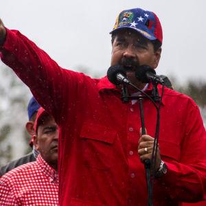 Venezuelas president Nicolás Maduro talar vid en demonstration mot imperialism i Caracas 9.3.2017