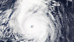 Orkanen Ophelia drar fram söder om Azorerna.