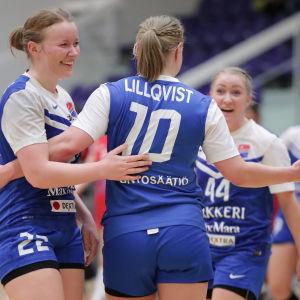 Dickenspelarna Bettina Lillqvist och Jessica Gammals firar efter en seger i damernas FM-serie i handboll.