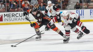 Anaheim Ducks forward Kalle Kossila jagar pucken.