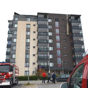 Det brann högst upp i det här höghuset på Teirgatan i Vasa.