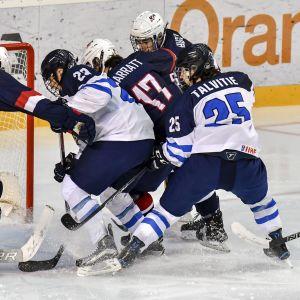 Flera spelare framför det amerikanska målet