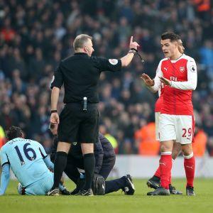 Arsenals Granit Xhaka fick ett rött kort av domaren i matchen mot Burnley.