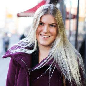 Jenny Sandberg ute på en gata i centrum av Åbo. Ser mot kameran och ler.