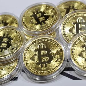 Fysiska bitcoinmynt fotograferade i Moskvaregionen i oktober 2017.