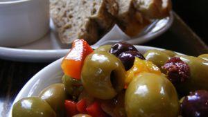 Alkupalaksi oliiveja ja leipää