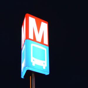 Metro- och bussmärket lyser i mörknet.