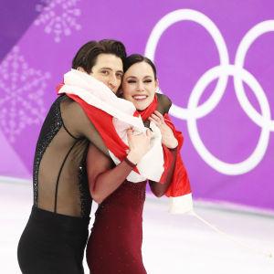 Scott Moir och Tessa Virtue med Kanadas flagga.