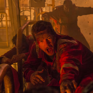 Mike (Mark Wahlberg) försöker fly undan då oljeplattformen brinner.