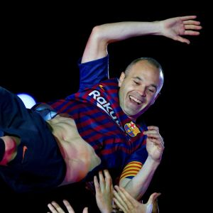 Andres Iniesta kastas i luften av Barcelona-lagkamraterna.