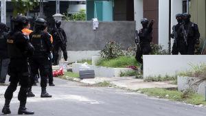 Indonesiska anti-terrorstyrkor söker efter bevismaterial i ett bostadshus på ön Batam den 5 augusti 2016, där en rakettack planerades.