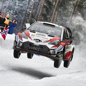 Rallyföraren Esapekka Lappi flyger fram i sin Toyota på snöiga vägar.