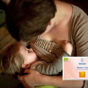 En kvinna ammar ett barn.