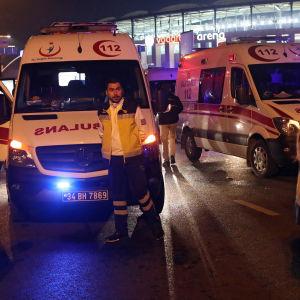 Ambulanser står utanför Vodafone Arena-fotbollsstadion i Istanbul.